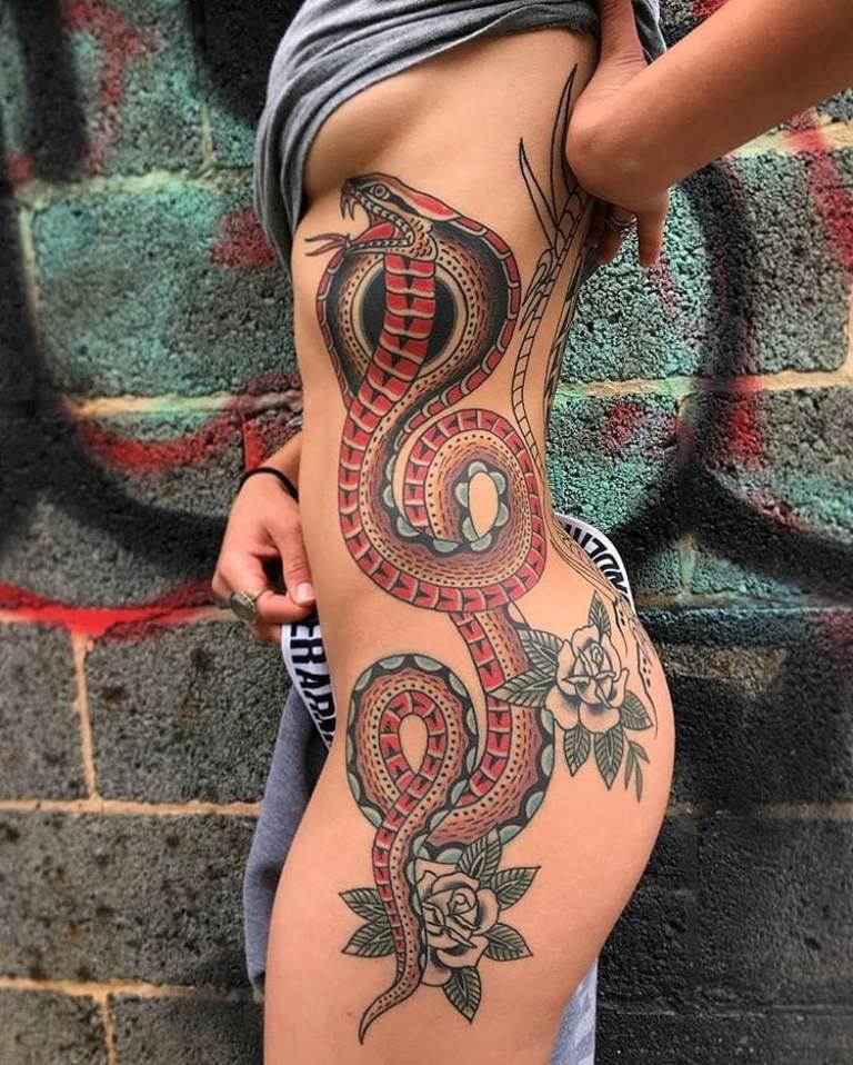 Змея на боку