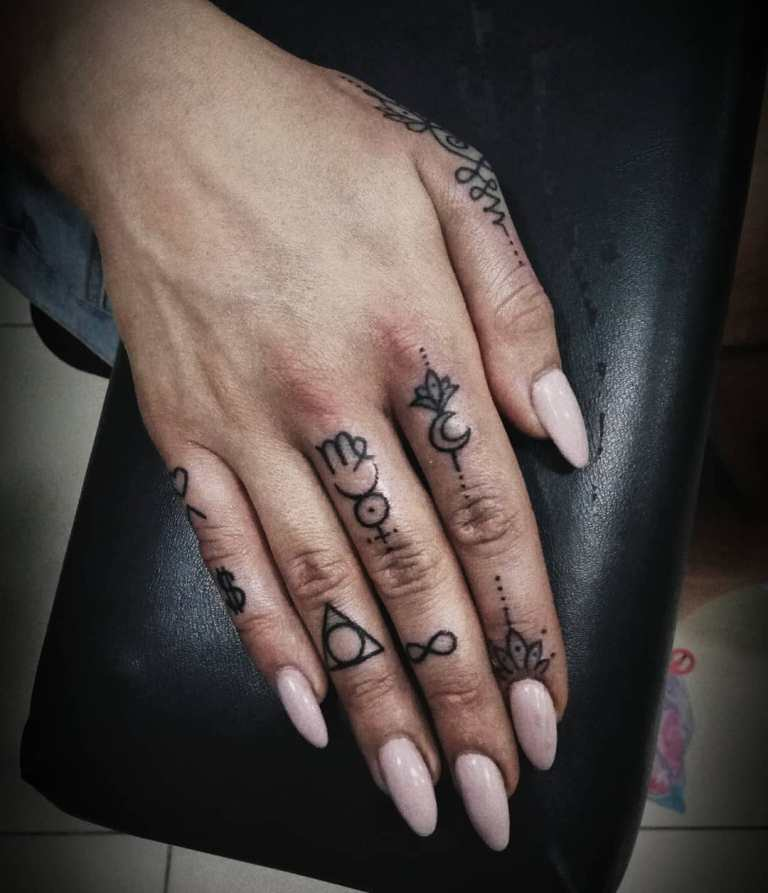 Узоры на пальцах у девушки