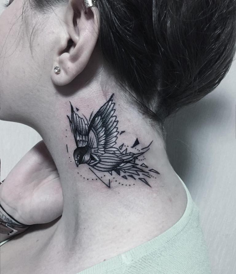 Тату женское птица на шее