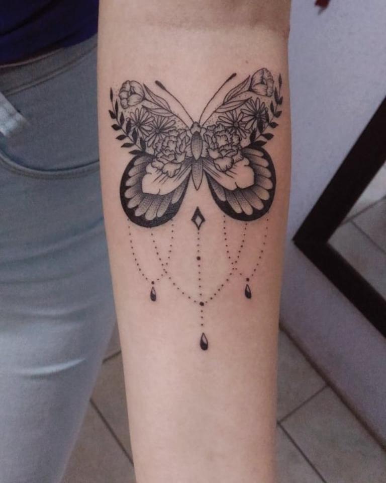 Татуировка бабочка на предплечье у девушки