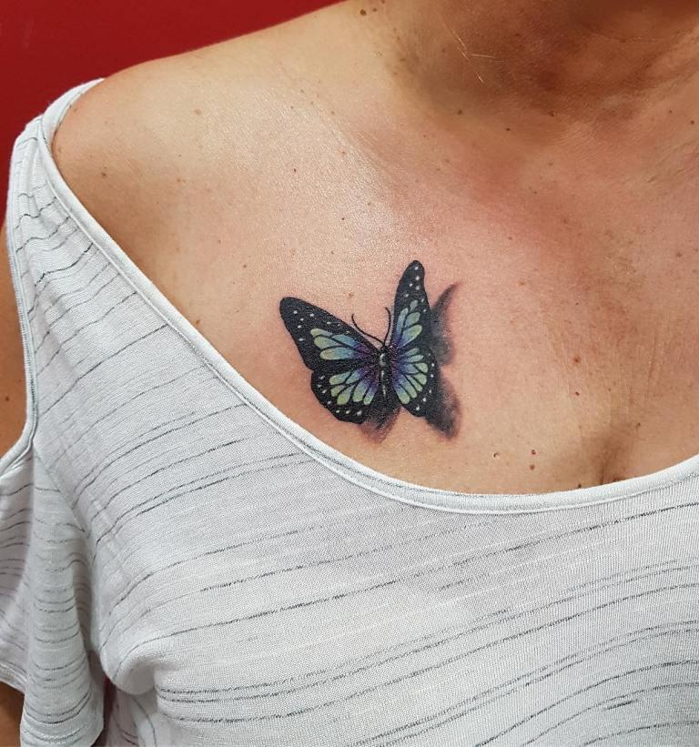 Тату цветная бабочка на груди