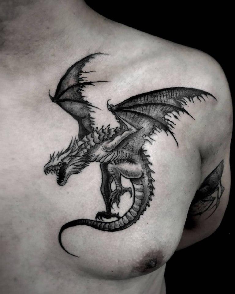 Тату черный дракон на груди