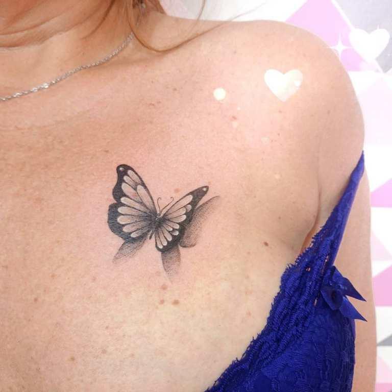 Тату на груди бабочка
