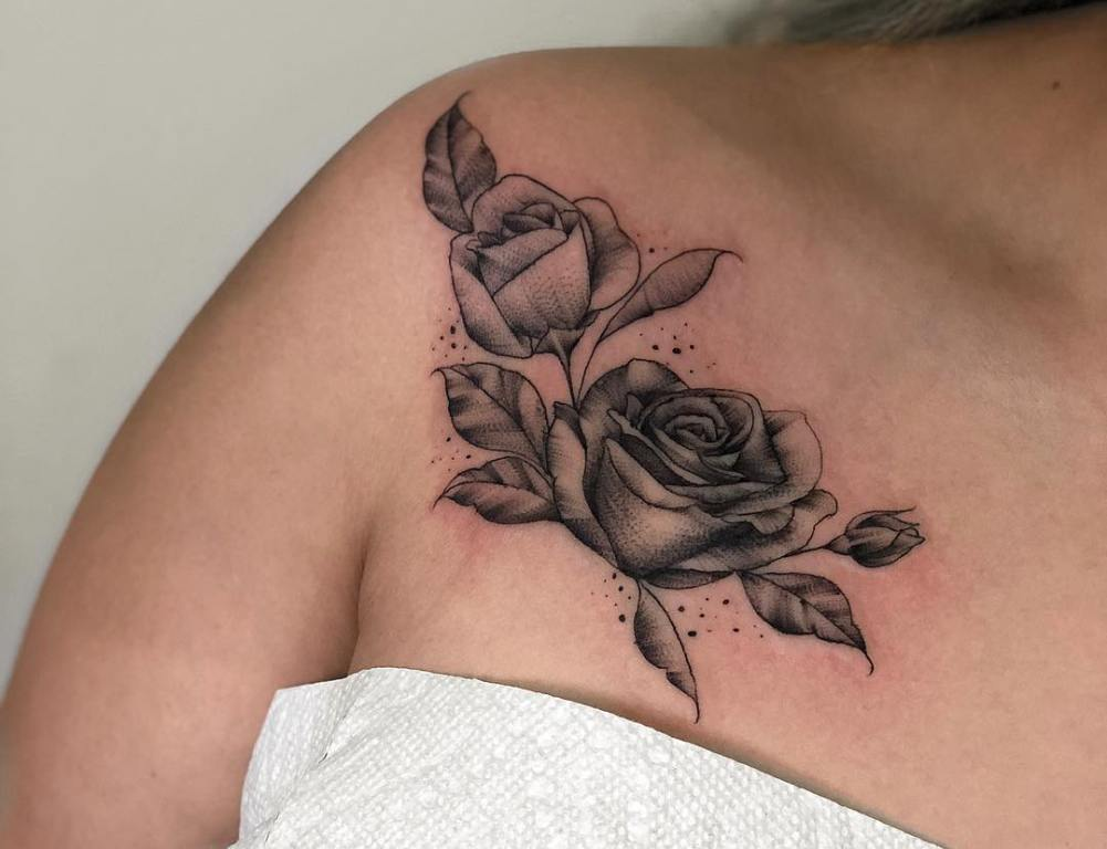 Тату роза на груди