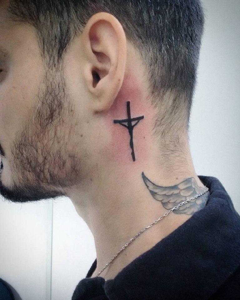 Тату католический крест на шее