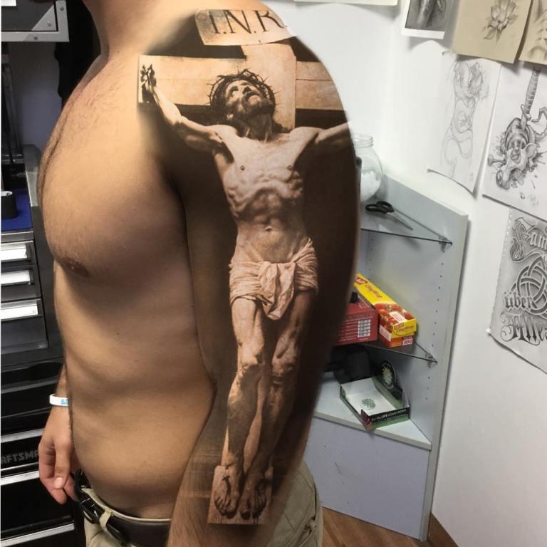 Тату крест в стиле реализм