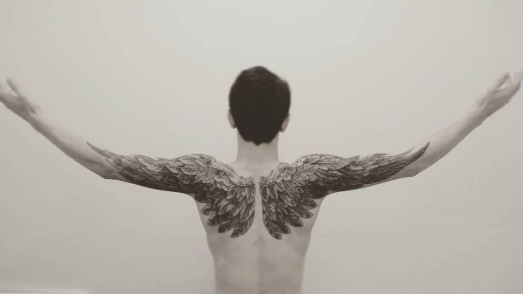 Тату крылья на спине у мужчины