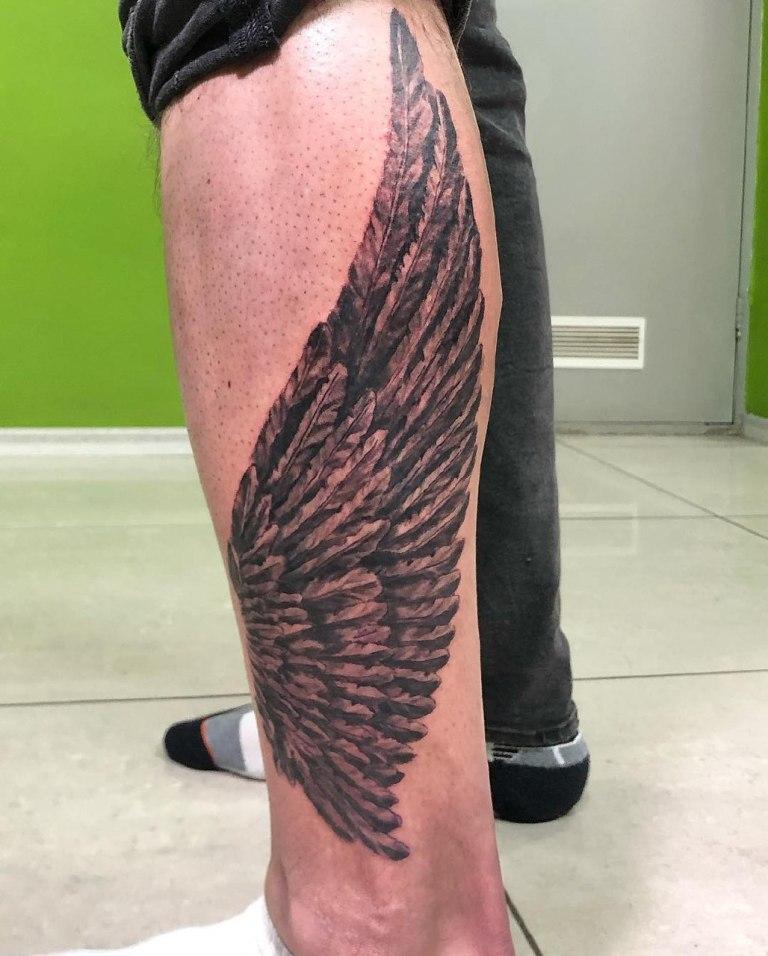 Тату крылышко на ноге