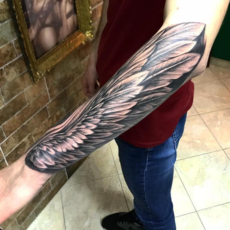 Татуировка крылья на руке мужская