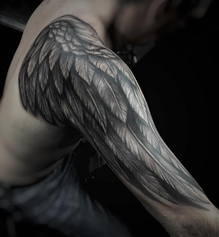 Тату крылья на плече