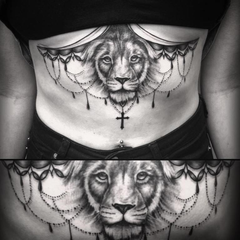 Тату лев под грудью