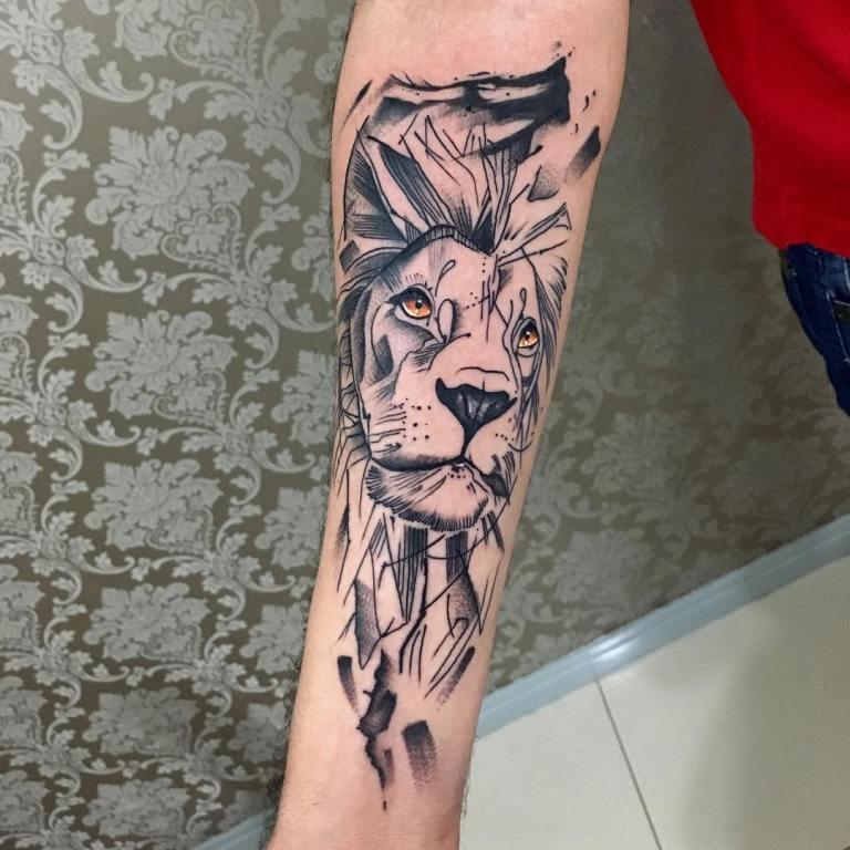 Тату лев черно-белый