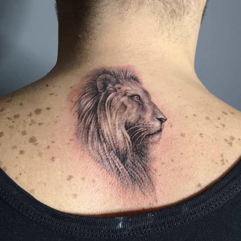 Тату голова льва на шее
