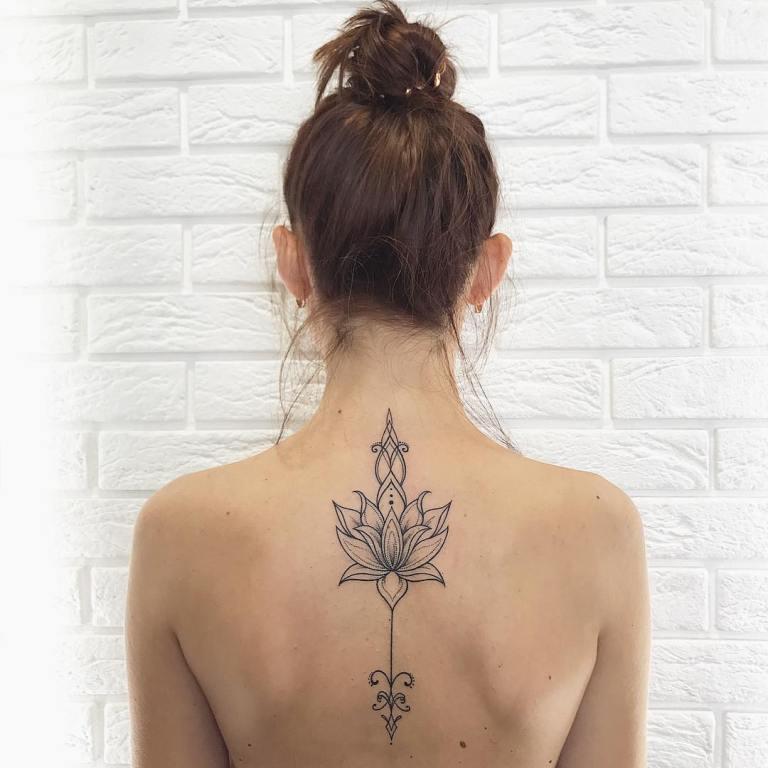Татуировка черный лотос на спине
