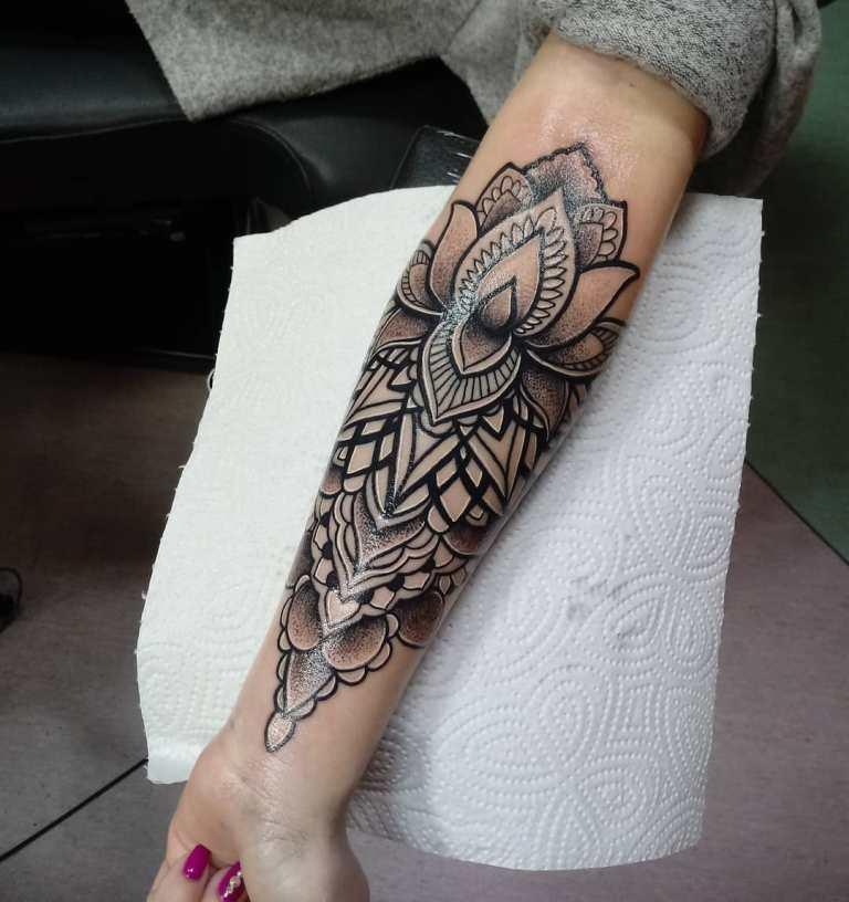 Татуировка черный лотос на предплечье