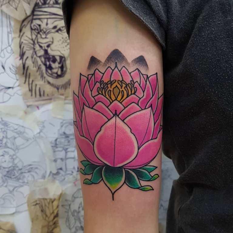 Татуировка розовый лотос на руке