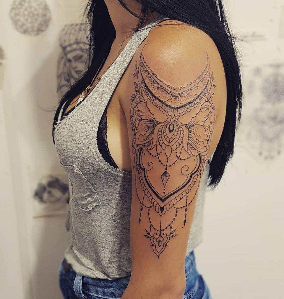 Мандала на плече девушки