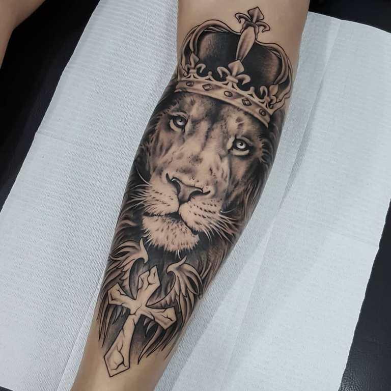 Тату лев в короне на руке мужское