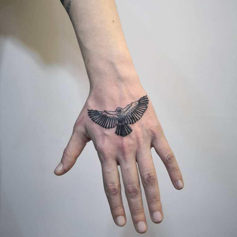 Маленькая татуировка на кисти у парня