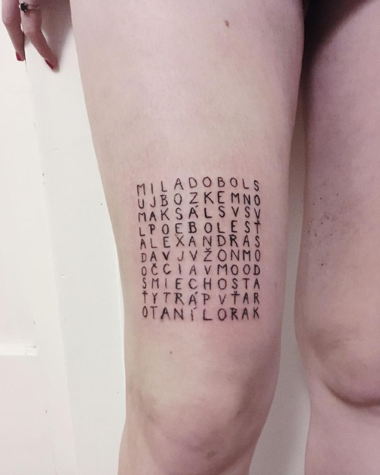 Оригинальная тату надпись на ноге