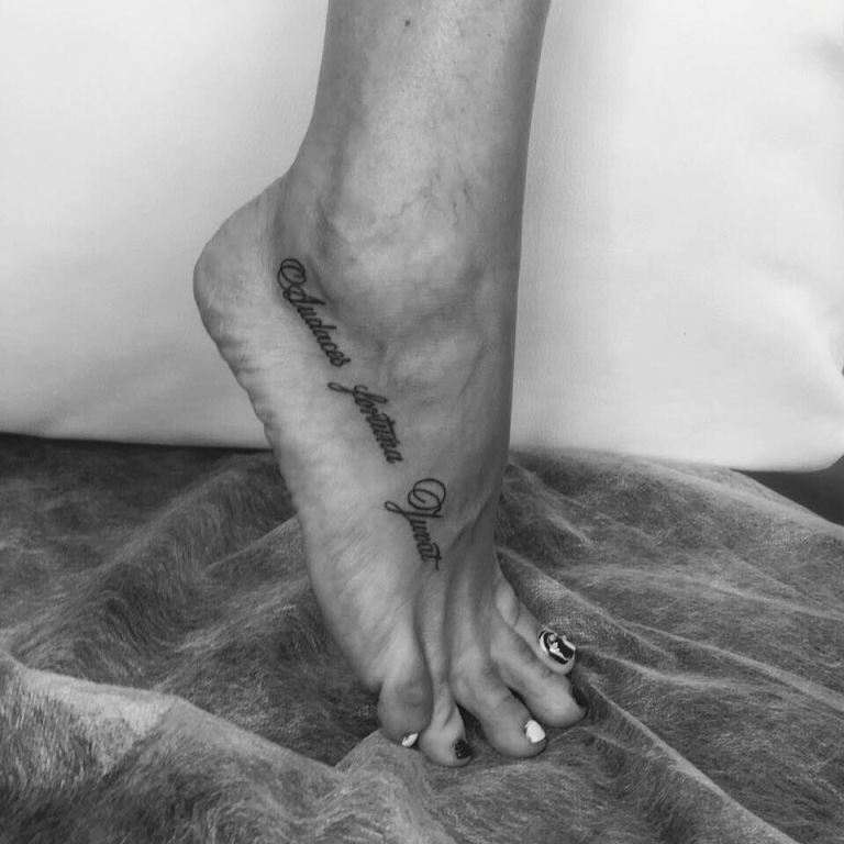 Татуировка надпись на стопе