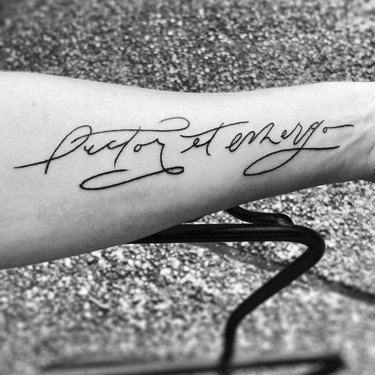 Красивая тату надпись на руке