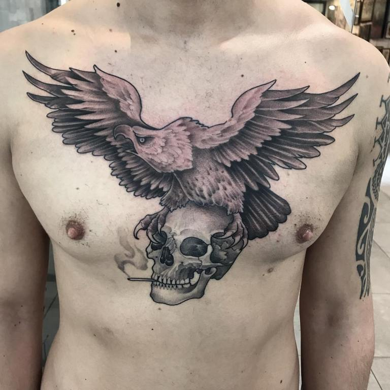 Орел с черепом на груди