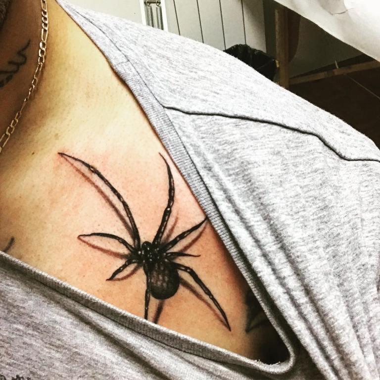 Тату паук на груди