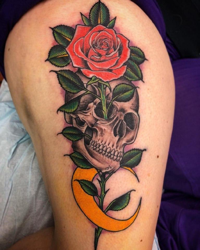 Роза, растущая из глазницы черепа