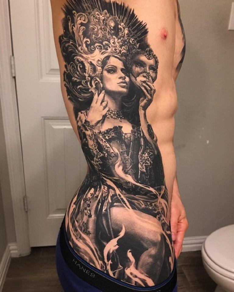 Тату девушка с маской на боку тела