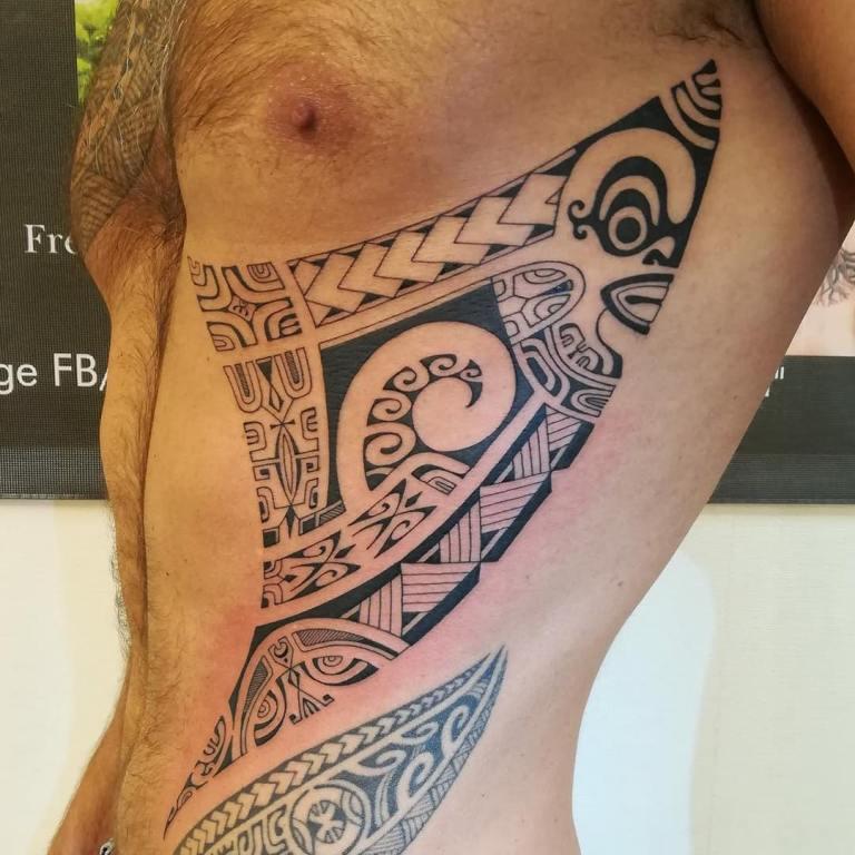 Племенная тату на боку