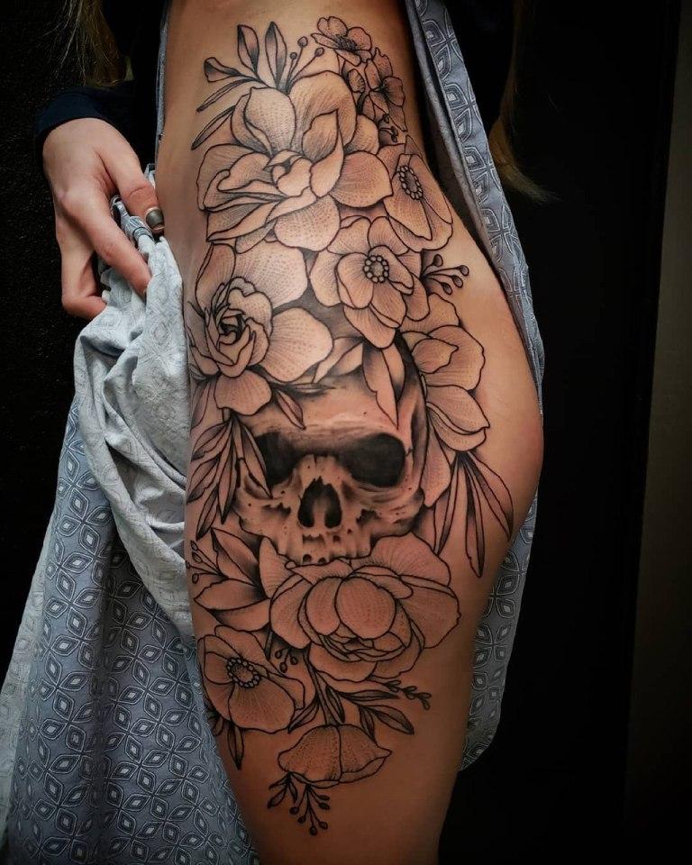 Цветы и череп сбоку бедра