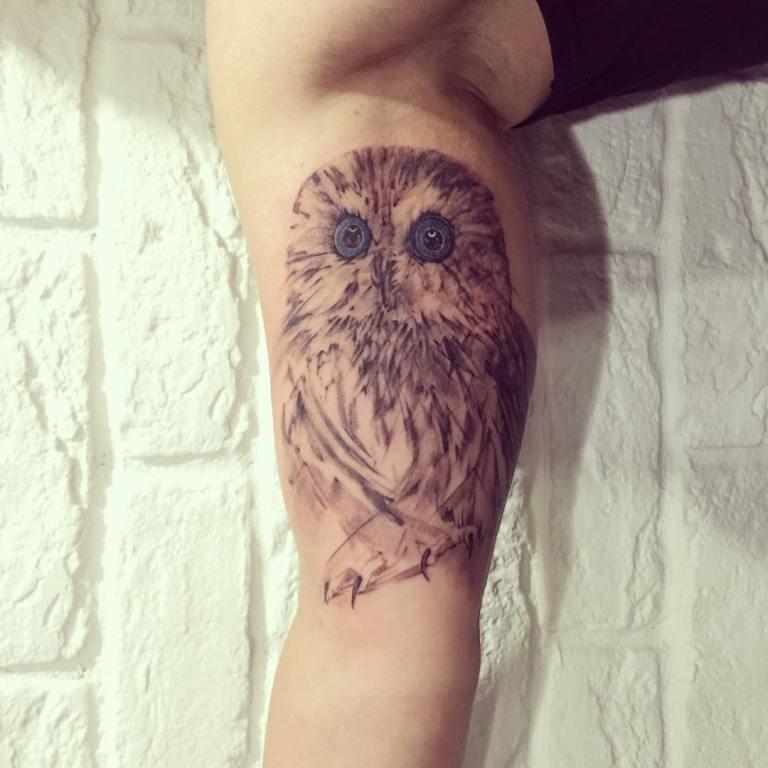 Татуировка совы с синими глазами