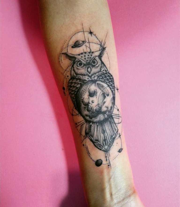 Татуировка сова с планетами
