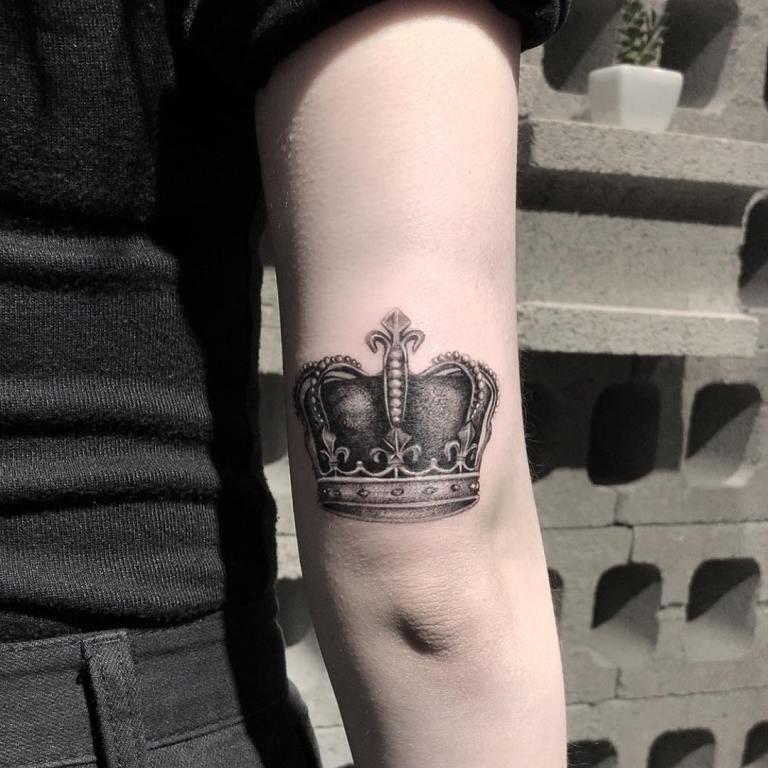 корона на руке