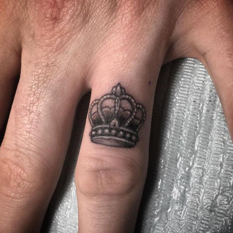 что означает тату корона