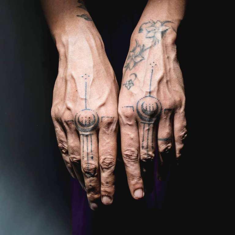 татуировки на пальцах рук мужские