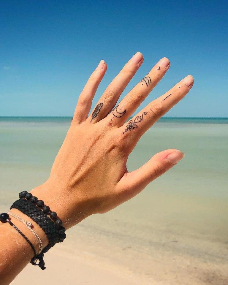 татуировка на пальце руки для девушек
