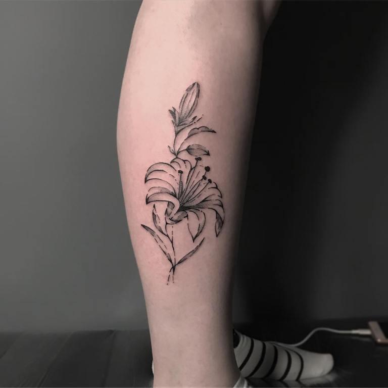 тату на ноге цветы