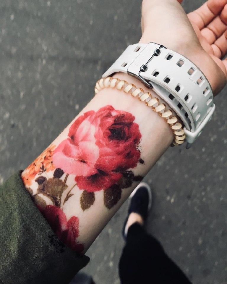 тату с цветами на руке