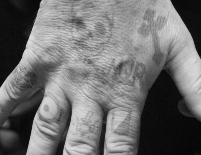 татуировки на пальцах рук тюремные значение