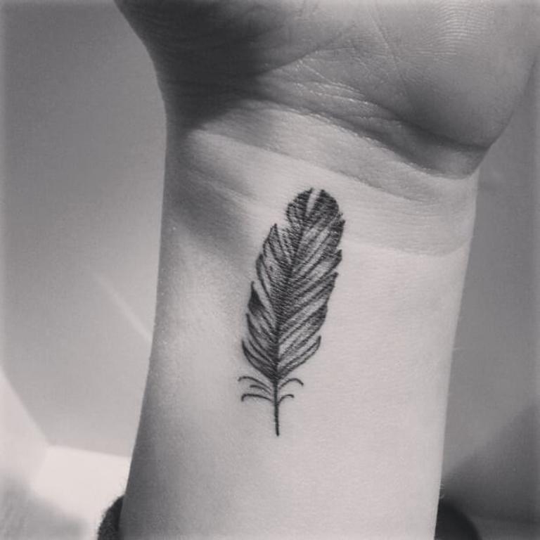 татуировка перо значение у девушек