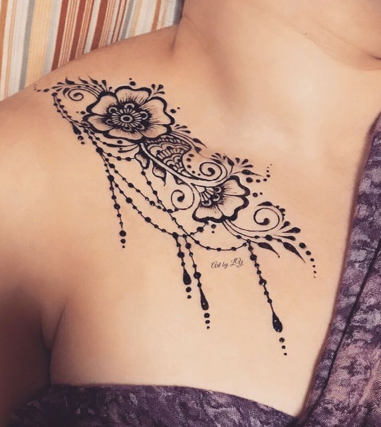 татуировки на ключицах у девушек