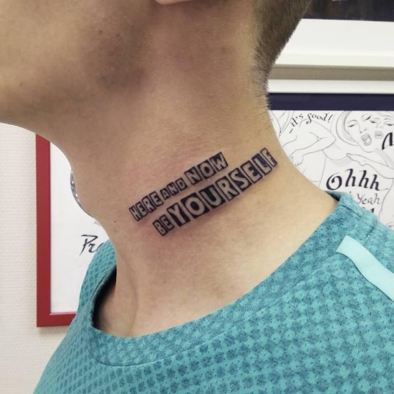 надпись на шее
