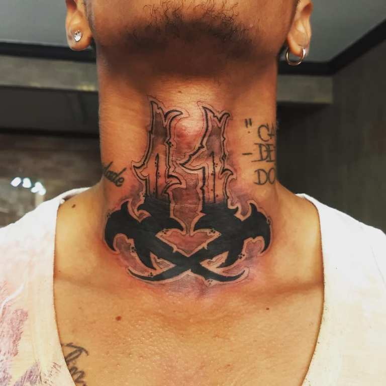 тату на шее надписи