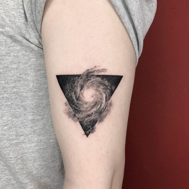 что значит тату треугольник на руке
