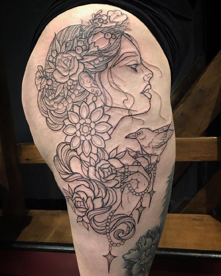 татуировка на бедре для девушек