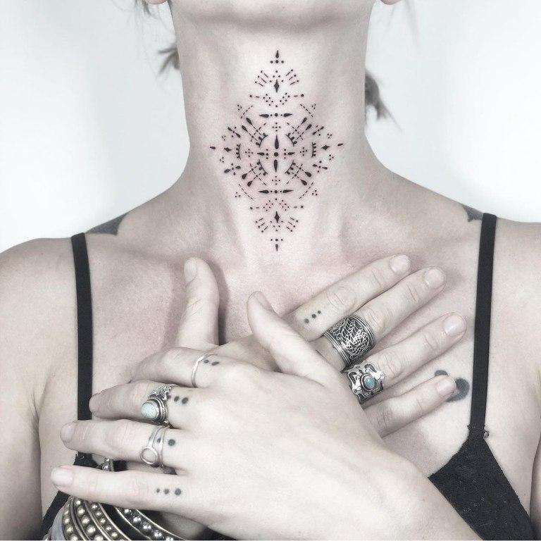 женские татуировки на шее
