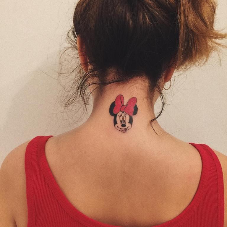 женские тату на шее сзади