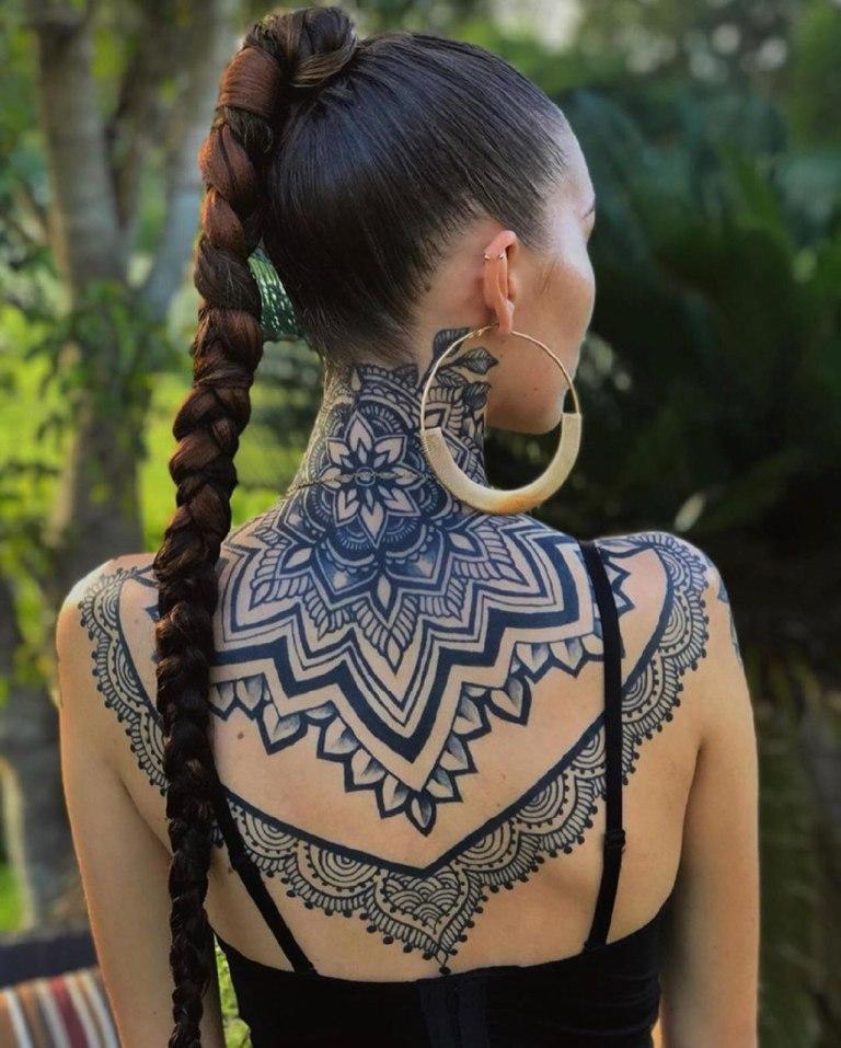 татуировки на шее для девушек